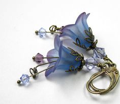 Blueberry Lilac Vintage Style Flower Earrings from jewelry by NaLa… Lucite Flower Earrings, Bead Earrings, Flower Jewelry, Wire Jewelry, Beaded Jewelry, Jewelery, Earrings Handmade, Handmade Jewelry, Bijoux Fil Aluminium