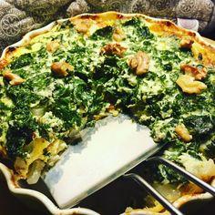 Grønnkålspai m/ blåmuggost og ristede valnøtter