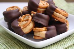 Peanut Butter Pretzel Bites Salty and sweet. Crunchy and melt-in-your-mouth. Peanut butter and chocolate. Dangerous and delicious Beaux Desserts, Köstliche Desserts, Delicious Desserts, Dessert Recipes, Yummy Food, Drink Recipes, Dessert Healthy, Dessert Food, Fun Recipes