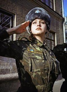 ウクライナ陸軍の女性兵士 えらいタイトな迷彩服で… すみませんなんでもないですごめんなさい #ウクライナ軍 pic.twitter.com/6ecrzhCmR7