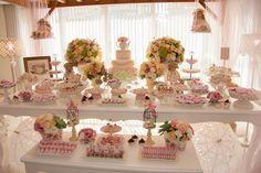 """Recebi das meninas da Le Couple – responsaveis pela decoração e projeto – um Chá de Bonecas criado para comemorar 1 ano da helena, """"Foi uma festa especial, pois apostamos numa paleta de cores que deu muito certo, fugindo do rosa apenas, combinando-o com verde, salmão da rosa chá e amarelo claro. Nós adoramos o …"""