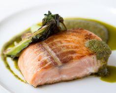 Pre-riscaldate il forno a 180°C, statico. Disponete i filetti di salmone su un piatto e cospargerli con il tè verde, se le vostre foglie fossero grosse sminuzzatele velocemente con un...