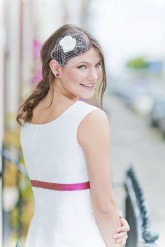 noni 2015 mittelgroßes schlichtes Headpiece für die Brautfrisur mit Netzt und Blume in elfenbein, passend zum schlichten Brautkleid mit Trägern  (www.noni-mode.de - Foto: Le Hai Linh)