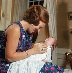 De trotse Mamma Beatrix toont haar 2e zoon Prins Friso aan de pers (NL)