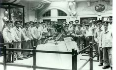 """Wounded British soldiers convalescing in a Bristol hospital visit the display of a German machine-gun captured by Bantam soldiers of the local Gloucester Regiment -- famously nick-named """"The Glorious Glosters. British Armed Forces, British Soldier, British Army, World War One, First World, Troops, Soldiers, How To Make Shorts, Stand Tall"""