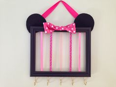 Minnie Mouse hair bow holder: A new twist on hair bow organizers Minnie Mouse Gifts, Minnie Mouse Room Decor, Minnie Mouse Nursery, Diy And Crafts, Arts And Crafts, Diy Y Manualidades, Skirt Mini, Barrettes, Idee Diy