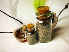 【南三陸町 泊貝っこ(とまりげっこ)の希望の砂】 宮城県南三陸町の砂をつめた小瓶と、南三陸町でしかとれない泊貝っこ(とまりげっこ)。貝の内側にメッセージが書いてあります。メッセージはオリジナル注文も可能。¥700(大)小さいサイズもあります。(サイズ:小瓶 4.5cm/紐 11cm)