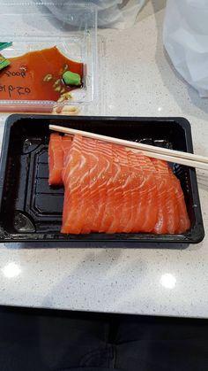 Salmon sashimi Asian Recipes, Real Food Recipes, Great Recipes, Yummy Food, Ethnic Recipes, Sushi Guide, Salmon Sashimi, Best Sushi, Sushi Rolls