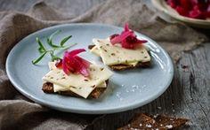 Sur-søde og meget smukke syltede rødløg. Et ostetilbehør der vil pynte på enhver servering.