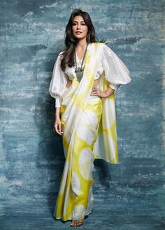 10 Ideas Celebrities Inspired to Wear Saree with a Modern Twist The traditional drape is now back with a bang, you can now wear the saree in a diffferent style with a twist in any occasion inspired by celebrity. Saris, Stylish Blouse Design, Fancy Blouse Designs, Saree Jacket Designs Latest, Shagun Blouse Designs, Saree Jackets, Saree Draping Styles, Drape Sarees, Sleeves Designs For Dresses