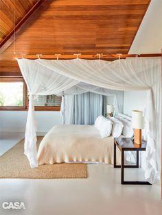 Esta casa em Trancoso foi projetada pelo arquiteto David Bastos. Os necessários mosquiteiros de tule viraram elementos decorativos nos quartos, onde compõem uma espécie de dossel ao redor da cama. Enxoval da Trousseau.