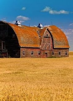 This big old barn must have been quite the building project back in the day! Country Barns, Country Life, Country Living, Country Roads, Farm Barn, Old Farm, Barn Pictures, Barns Sheds, Cabana