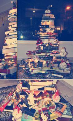 Christmas Decor | Un albero di natale fatto con i libri . Christmas tree made with books Baroque, Times Square, Christmas Decorations, Books, Blue, Travel, Libros, Viajes, Book