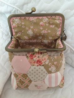 Sewing time: Hexagons and nozzle (mini tutorial) Patchwork Bags, Quilted Bag, Sacs Tote Bags, Frame Purse, Fabric Purses, Couture Sewing, Sewing Box, Purse Patterns, Mini Purse