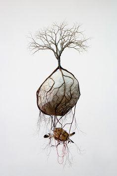 """坂井直樹の""""デザインの深読み"""": この彫刻の不思議さは地上より上にある樹木より、主に地下にある「根っこ」に表現のエネルギーが注がれていること。しかも自然を人工的に作っている。世の中には不思議なことに興味を持つ人がいる。"""