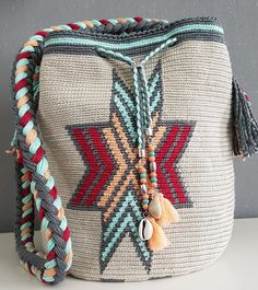 Mochila made Byloko Tapestry Bag, Tapestry Crochet, Cute Crochet, Crochet Crafts, Boho Bags, Wholesale Bags, Red Design, Straw Bag, Fashion Backpack