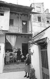 ¿Sabes cuántos corrales de vecinos había en Triana? Este es un directorio donde se recogen los antiguos corrales de vecinos que había en el barrio. ¿Falta alguno? Alfareria, 4 Alfarería, 8 (La Casa Grande) Alfarería, 19 Alfarería, 32 (La Cerca Hermosa) Alfarería, 49 Alfarería, 69 Alfarería, 85-87 (El corral Largo) Alfarería, 119 (Corral del Naranjero)…