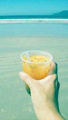 De maracujá e pinga. No mar. Com pingos d'água. Mara! Oi?