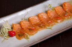 CARPACCIO DE SALMÃO  http://winechef.com.br/portfolio-item/carpaccio-de-salmao/  Finas camadas de salmão fresco, marinado em saboroso molho cítrico, finalizado com pimenta de bico.