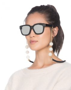 cordinha óculos – OqUsar You are not reading wrong … yes, the glasses string is back! Diy Glasses, Lunette Style, Fashion Shoes, Fashion Accessories, Beaded Shoes, Sunglasses Accessories, Chains, Google Search, Eyeglass Holder Stand