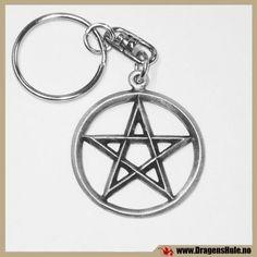 En fin nøkkelring med pentagram! Materiale: Antikkbehandlet og lakkert støpetinn. Mål: diameter ca 34mm, pluss nøkkelheng.