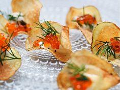 patatine fritte Fatte in casa con panna acida, aneto e Uova di Salmone