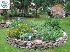 bylinky zahrádka s logem | Nebespán boutique hotel Outdoor Pots, Outdoor Living, Outdoor Decor, Herb Garden, Home And Garden, Backyard, Patio, Flower Beds, Garden Planning