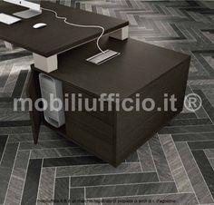 comp. GO1503 #arredamento per #ufficio direzionale con #scrivania piano sp. 35 mm. in appoggio su mobile di servizio