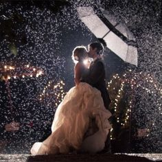 wedding photos in the night rain.