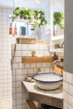 Home Decor Living Room Fun bathroom decor and style tips - All set to get started creating your own bathroom style and design? With these stunning bathroom designs, there's a room for everyone. Check the webpage for more information Sweet Home, Dream Apartment, Stockholm Apartment, Vintage Apartment, Colorful Apartment, Bathroom Interior, Gold Bathroom, Bathroom Wall, Bathroom Ceilings