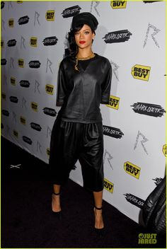"""The pop starlet Rihanna wore a Damir Doma Women's Spring Summer 2013 coated jersey tee and trousers with Manolo Blahnik stilettos and a CHANEL necklace to the launch of her new album """"Unapologetic"""" in New York city last night. Rihanna Outfits, Rihanna Riri, Rihanna Style, Fashion Outfits, Star Wars, Blonde Model, Bad Gal, Black Women Fashion, Woman Crush"""