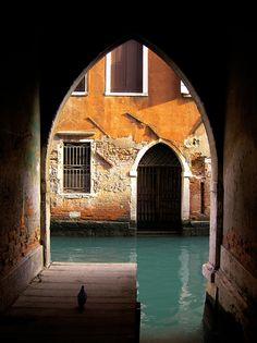 El recoveco de la paloma, en Venecia, Italia.