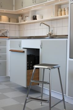 Retro kök 60-tal. Återvinningslåda med Pushfunktion. Extra höga diskbänkar med Blandare Strand Svalbard. Upphöjd Diskmaskin med rostfri jalusi med dold Micro ovanför. Kitchen Decor, Kitchen Inspirations, Retro Kitchen, Home Kitchens, Kitchen Design, Kitchen Remodel, Kitchen Renovation, Kitchen Dining Room, Kitchen Cabinetry