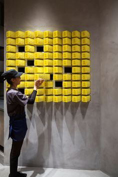 Designed by architect Joe Chikamori from the minimalist BAKE Cheese Tart's shop in Ho Chi Minh City, Vietnam looks like an art gallery where the works on display are their scrumptious Japanese style cheese tarts. Bake Cheese Tart, Cheese Tarts, Interactive Exhibition, Interactive Walls, Exhibition Display, Bakery Design, Cafe Design, Design Art, Stand Design