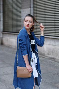 blauer jeansmantel mit beiger handtasche