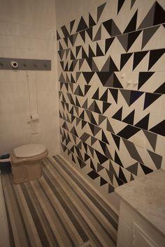 Adesivo na cerâmica do banheiro