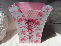 Poubelle évasée avec lacets type corset Cardboard Furniture, Cardboard Crafts, Paper Crafts, Umbrella Cards, Paper Purse, Fabric Boxes, Craft Box, Tissue Boxes, Explosion Box