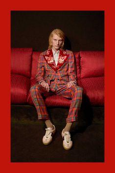 Siendo fiel a su ya conocida estética donde se mezcla el barroco y la cultura pop, Alessandro Michele nos presenta la colección Pre-Fall 2018 de Gucci