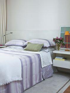 Texturas e marcenaria planejada enriquecem o visual neutro deste apê - Casa.com.br