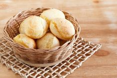 Chipas are small cheese bread balls made from tapioca. Chipas are eaten for breakfast or as a anytime of snack. Chipas are inexpensive and often sold by street Allergy Free Recipes, Snack Recipes, Snacks Under 100 Calories, Fiber Rich Foods, Cheese Bread, Sin Gluten, Food Hacks, Healthy Snacks, Gastronomia