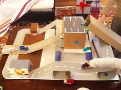 Homemade toys for kıds Projects For Kids, Diy For Kids, Diy And Crafts, Crafts For Kids, Cardboard Car, Cardboard Crafts, Diy Karton, Homemade Toys, Homemade Baby