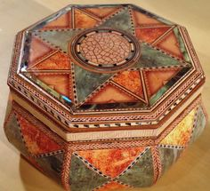 Como hacer contracolado artistico - Cofre Modern Antique. Decoupage, Stencil, Recycle Cans, Arts And Crafts, Paper Crafts, Antique Boxes, Pretty Box, Altered Boxes, Wooden Art