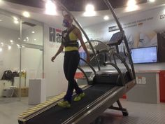 Prior to the start of the IHRSA congress in Brasil, h/p/cosmos took the time to perform an analysis. We compared the consequences of uphill and downhill walking on the cardiovascular system, utilizing the pulsar 3p treadmill and VO2max metabolic cart. Our test subject was Ms. Betina Dantas, professional ballet dancer and instructor. She also insisted on performing a few figures on the treadmill. Of course only whilst secured with the safety arch.