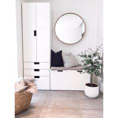 IKEA i entreen Superfornøyd med denne løsningen. Den gir både bra med skapplass og en praktisk sittebenk. #ikea #stuva #ikeastockholm #tinek #hmhome