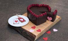 recipe-Valentinskage af Liv Martine: Blød chokoladekage med hindbærhjerter indeni
