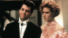 """""""Pretty in Pink"""": Duckie (Jon Cryer) und Andie Walsh (Molly Ringwald) in festlicher Garderobe beim Abschlussball."""
