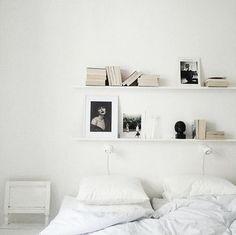 Une tête de lit composée de deux étagères blanches