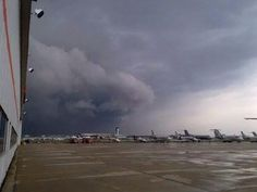 Shot earlier at @Toronto Pearson International Airport #Toronto #Mississauga as storm rolled in via @_Skyservice_ #onstorm: pic.twitter.com/Yg5nEL6g0E
