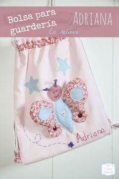 Mochila para guardería personalizada con una mariposa en relieve y con el nombre bordado a mano en tamaño grande.