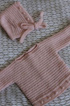 This Pin was discovered by yon Baby Booties Free Pattern, Baby Sweater Knitting Pattern, Knit Baby Sweaters, Baby Knitting Patterns, Baby Patterns, Diy Crafts Knitting, Knitting For Kids, Free Knitting, Knitting Projects